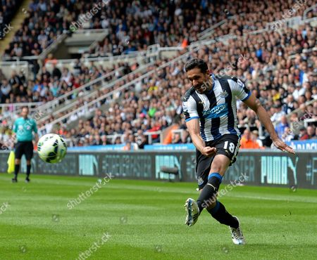 Jonas Gutierrez of Newcastle United crosses the ball into the box for Moussa Sissoko of Newcastle United to score their first goal
