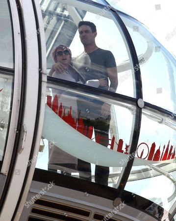 Kaley Cuoco and Ryan Sweeting on the London Eye