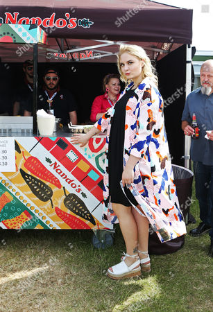 Lapsley about to enjoy a spicy PERi-PERi backstage
