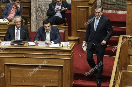 Yannis Dragasakis and Prime Minister Alexis Tsipras look on as Antonis Samaras walks down the steps