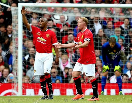 Quinton Fortune and Paul Scholes complain to the referee