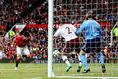 Ji-Sung Park heads in Manchester United's second goal