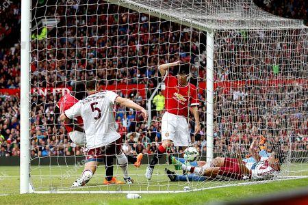 Ji-Sung Park scores Manchester United's second goal