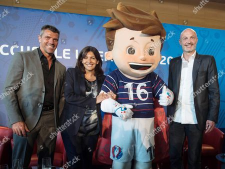 Paris mayor Anne Hidalgo (2NDR) poses next to former football players Gregory Coupet (L) and Franck Leboeuf (R) and Euro 2016 mascott Super Victor