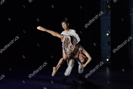Trauma, choreographed by Fabian Reimair. The dancers are: Anjuli Hudson, Ken Saruhashi, Barry Drummond, Shevelle Dynott.