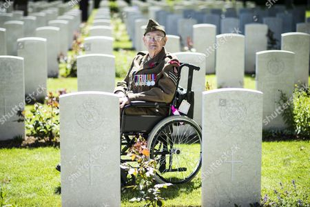 99 Year Old Ken Scott Of The Durham Light Infantry At The Bayeux Cemetery.the Service Of Remembrance At The Commonwealth War Graves Commission Cemetery In Bayeux.
