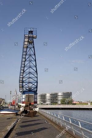 Historic crane, office complex ''Five Boats'', designed by the architect Nicholas Grimshaw, basin, Duisburg, North Rhine-Westphalia, Germany, Europe