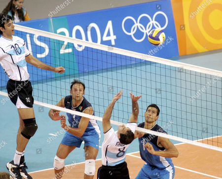 VOLLEYBALL: Italy Andrea Sartoretti and Luigi Mastrangelo (R) view the play of Argentina Alejandro Spajic (L) and Hernan Ferraro during their volleyball quarter final match