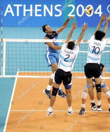 VOLLEYBALL: Italy Andrea Sartoretti smashes the ball past Argentina Jorge Alberto Elgueta and Alejandro Spajic during their volleyball quarter final match