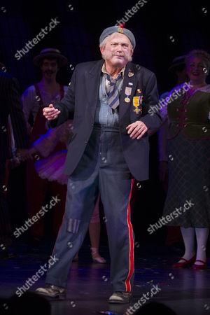 Barry James (Grandpa Joe) during the curtain call
