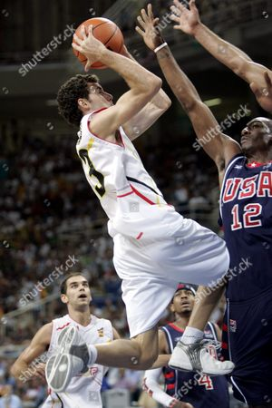 Basketball - Spain vs USA: Spain's Rodolfo Fernandez drives the hoop against US Amare Stoudemire during men's quarter final game