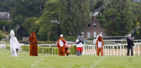 Michael Aspel starts The Mayor's Pantomime horse Race Sandown
