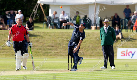Shane Warne bowls watched by Darren Gough (L)