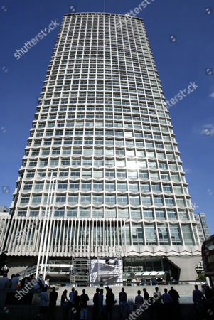 Abseiling record attempt from the Centre Point building. Steve Truglia set a new World record, abseilling 100 metres in 8 seconds.