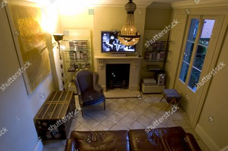 East London Home of Suzanne Mizzi - TV lounge