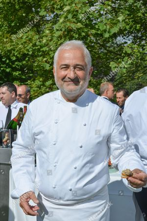 Ambassador of France appointed by Laurent Fabius, Guy Savoy (3 Michelin stars) reopened his restaurant at La Monnaie de Paris in May 2015.