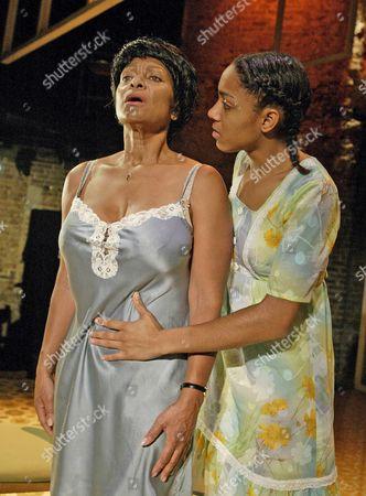Dona Croll (Mona), Remi Wilson (Hettie), Two Step, Almeida Theatre.