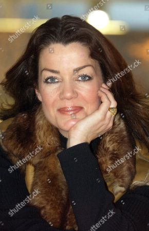 Editorial picture of CLAUDIA CHRISTIAN SIGNING, SWINDON, BRITAIN - 09 DEC 2004