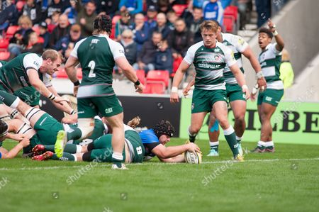 Sale Sharks Nick Flynn scores a try in the second half against Leicester Tigers.