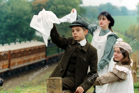 'THE RAILWAY CHILDREN' TV DRAMA - 1999 - JACK BLUMEREAU, JEMIMA ROOPER AND CLARE THOMAS