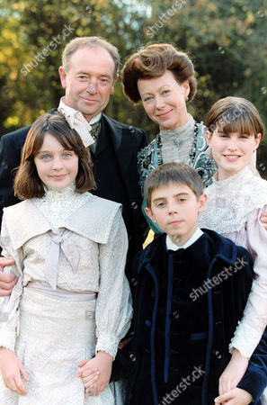 'THE RAILWAY CHILDREN' TV DRAMA - 1999 - MICHAEL KITCHEN, JENNY AGUTTER, CLARE THOMAS, JACK BLUMEREAU AND JEMIMA ROOPER
