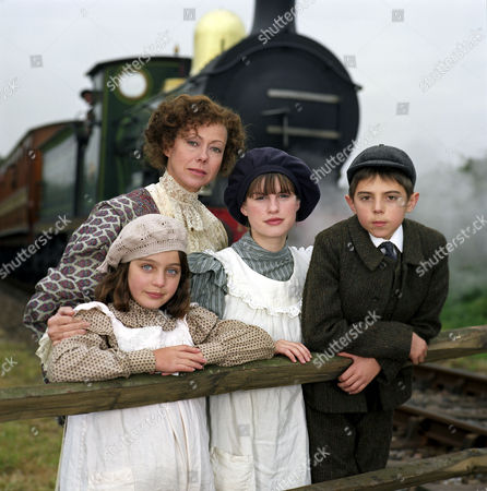 'THE RAILWAY CHILDREN' TV DRAMA - 1999 - JENNY AGUTTER WITH CLARE THOMAS, JEMIMA ROOPER AND JACK BLUMEREAU