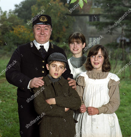 'THE RAILWAY CHILDREN' TV DRAMA - 1999 - GREGOR FISHER WITH JEMIMA ROOPER, JACK BLUMEREAU AND CLARE THOMAS