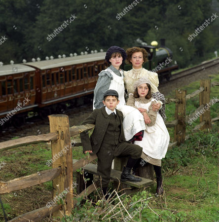 'THE RAILWAY CHILDREN' TV DRAMA - 1999 - JEMIMA ROOPER, JENNY AGUTTER, JACK BLUMEREAU AND CLARE THOMAS