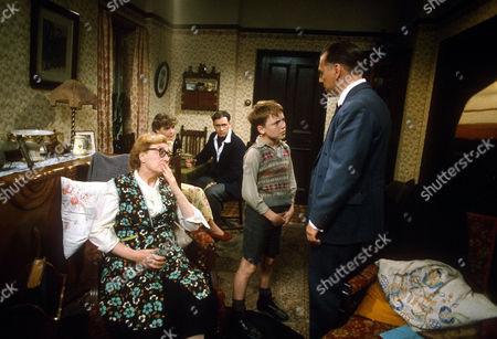 Elizabeth Spriggs, Linda Robson, Nigel Planer, Lee Whitlock and Kenneth Cranham in 'Shine on Harvey Moon'