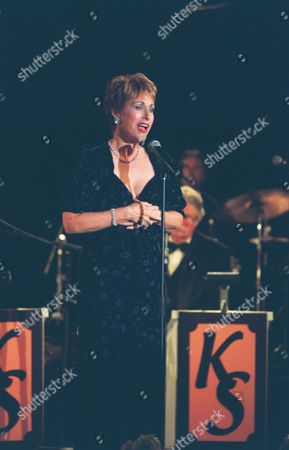 Stock Image of 20001026   Beverly Hills, CA Amanda McBroom at a fundraiser for The Motion Picture Television Fund hosted by Kevin Spacey with a special performance by Jewel.  The Motion Picture and Television Fund is a major service organization which has been promoting the well being of California's . Photo®Berliner Studio/BEI     A010878_4a