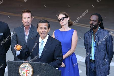 Los Angeles Mayor Antonio Villaraigosa, Randolph Duke, Lisa Love and fashion designer Kevan Hall