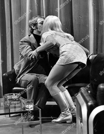 SIMON DEE AND GOLDIE HAWN ON 'THE SIMON DEE SHOW' - 1970'S
