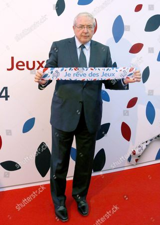 "Jean-Paul Huchon poses with a banner reading in French ""I dream of the games"""