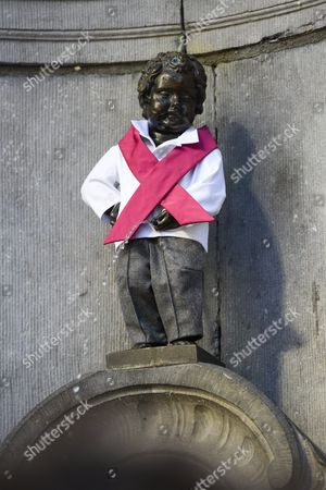 Manneken-Pis dressed in pink