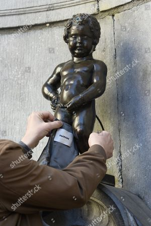 The Manneken-Pis being dressed in pink