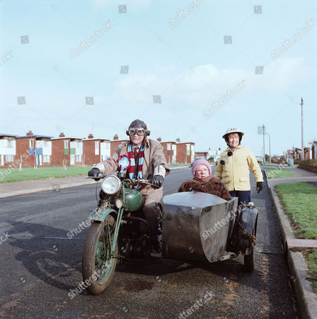 WARREN MITCHELL, DANDY NICHOLS AND PATRICIA HAYES IN 'TILL DEATH' - 1981