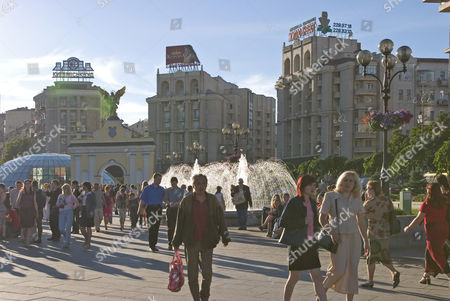 Ukraine Kiev Place of Independence northern part with historical buildings in sowjet realism architecture with the Pecers'kyj gate and archangel Michael golden wings glasdome of shoppingcenter Globus I businesspeople tourists visitors blue sky 2004