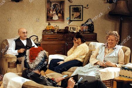 Warren Mitchell, Una Stubbs and Dandy Nichols in 'Till Death' - 1981