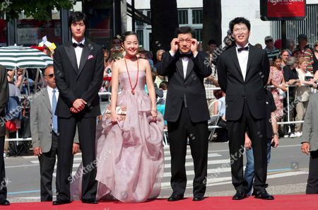 Director Hong Sang Soo (2nd R) with cast members, (L to R), Lee Ki woo, Uhm Ji won and Kim Sang kyung.