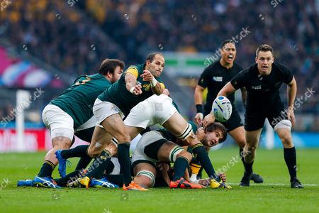 South Africa Scrum-Half Fourie du Preez (capt) passes