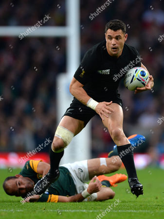 Dan Carter of New Zealand gets away from Fourie du Preez of South Africa.