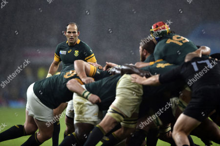 Fourie du Preez of South Africa watches a maul