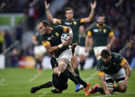 Fourie du Preez of South Africa goes on the attack