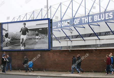 A young Everton fan looks up at an image of Howard Kendall ahead of the Barclays Premier League match between Everton and Sunderland played at Goodison Park, Liverpool on November 1st 2015