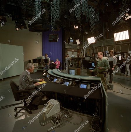 Leonard Parkin, Newsreader, Presenting 'News At One' for ITN, in the ITN News Studios at their headquarters in Wells Street, London - 1985