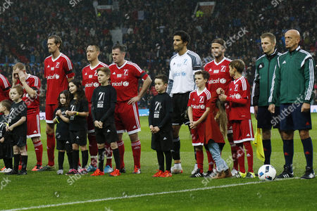 Paul Scholes, Peter Crouch, John Terry, David James, Cruz Beckham, David Beckham, Harper Beckham, Romeo Beckham, Pierluigi Collina