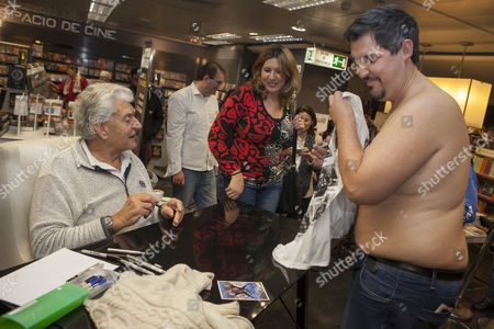 David Prowse signs a fan's Darth Vader t-shirt