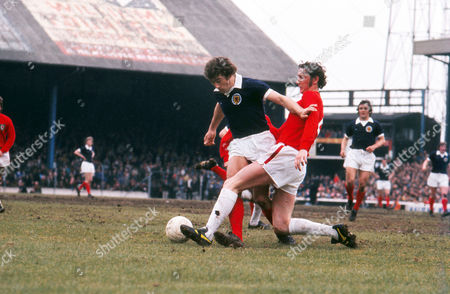 Football - 1975 British Home Championship - Wales 2 Scotland 2 Scotland's Ted MacDougall is challenged by Wales' Rod Thomas at Ninian Park, Cardiff.