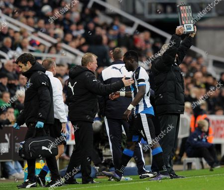Cheik Tiote of Newcastle United goes off injured and is consoled by Newcastle United head coach Steve McClaren during the Barclays Premier League match between Newcastle United and Leicester City played at St. James' Park, Newcastle upon Tyne, on the 21st November 2015