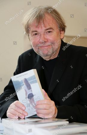 Jostein Gaarder with his book 'Sofies Welt', which is this year's 'One City. One Book' free book